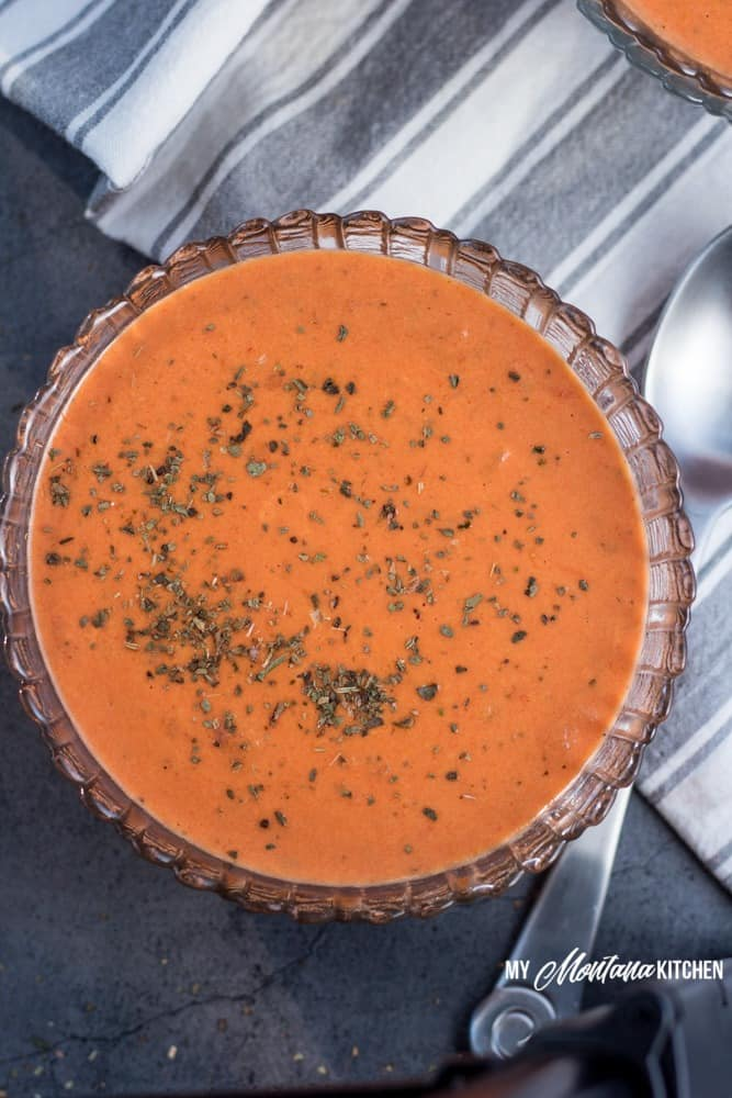 This low carb creamy tomato soup makes an easy dinner idea for families, or makes a great easy lunch! Leftovers can easily be reheated for later, making this a versatile healthy meal idea! #lowcarb #thm #trimhealthymama #tomato #tomatosoup #glutenfree #lowcarbsoup #healthymealidea #easylowcarbrecipe #trimhealthymamasoup