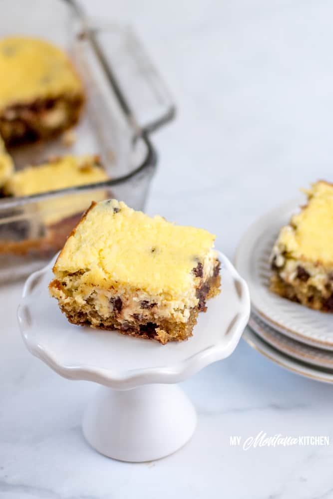 These easy low carb cheesecake bars are made with a chocolate chip cookie crust. A perfect sugar free, Trim Healthy Mama Dessert! #lowcarbcheesecakebars #cheesecakecookiebars